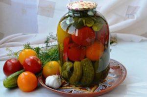 ТОП 16 рецептов приготовления засолок ассорти из огурцов и помидоров на зиму