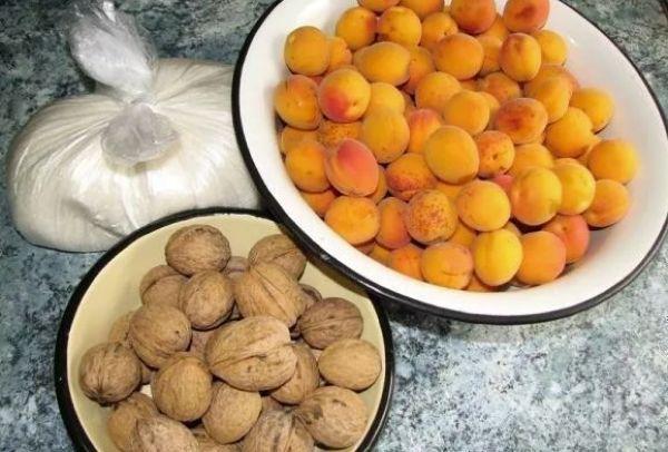 абрикосы и орехи