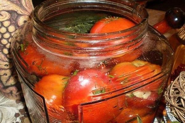 Консервированные овощи с чесноком внутри и гвоздикой
