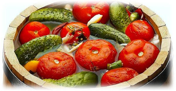 Огурчики с помидорами в бочке