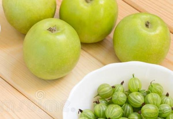 яблоки и крыжовник