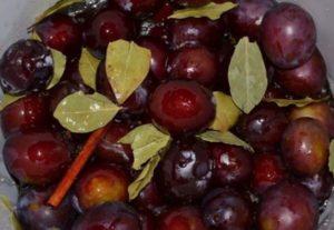 7 простых рецептов приготовления моченых слив на зиму