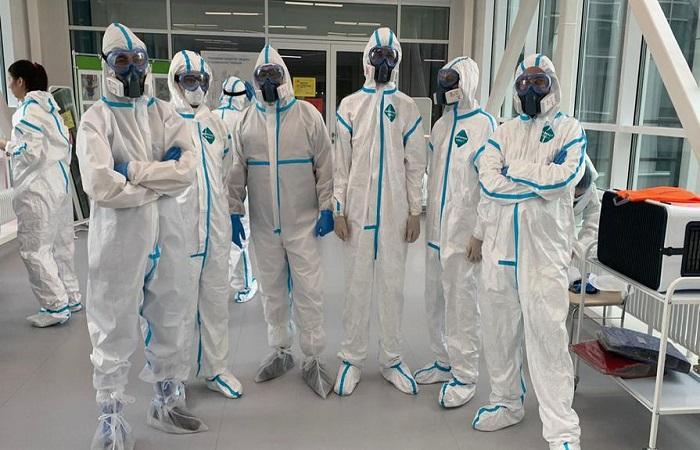 команда в костюмах