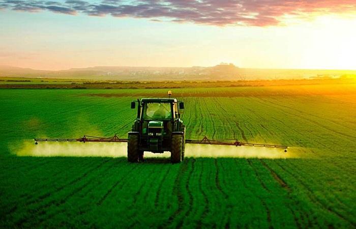 трактор в действии
