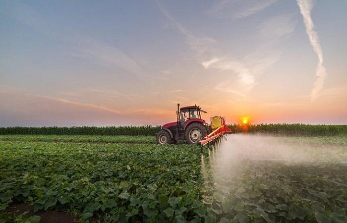 трактор распыляет